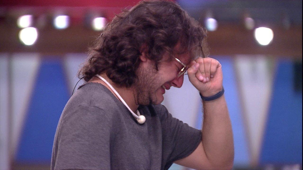 Diego chora muito sozinho no quintal após Eliminação de Patrícia