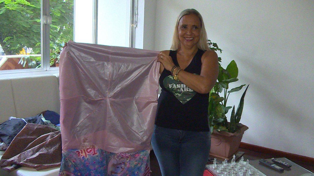 Artesã de Nova Iguaçu confecciona sacos de dormir para moradores em situação de rua