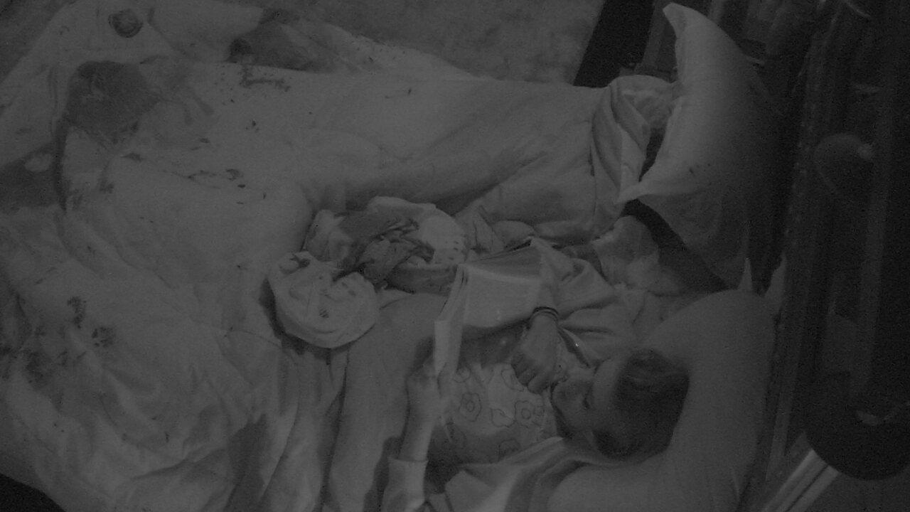 Ana clara lê no Quarto Submarino enquanto Gleici dorme ao seu lado
