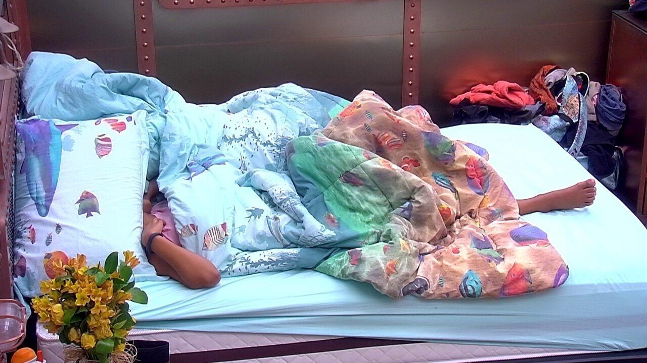 Ana Clara, Gleici, Diego e Kaysar dormem no Quarto Submarino