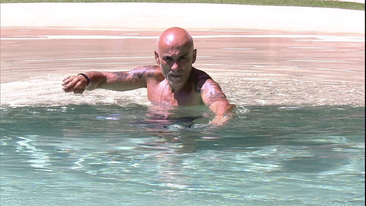 Ayrton dá braçadas no ar e depois entra na piscina