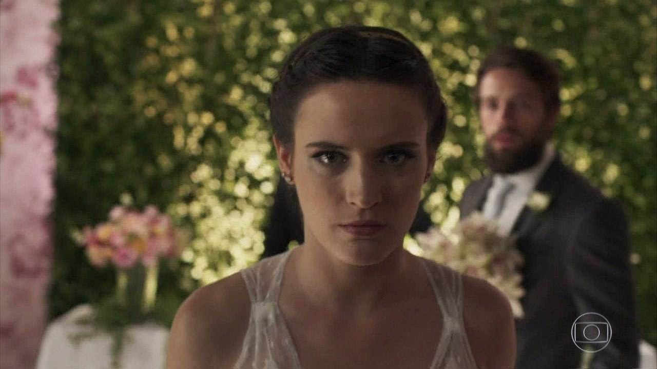 Clara desiste de se casar com Renato e o acusa de tentar matá-la