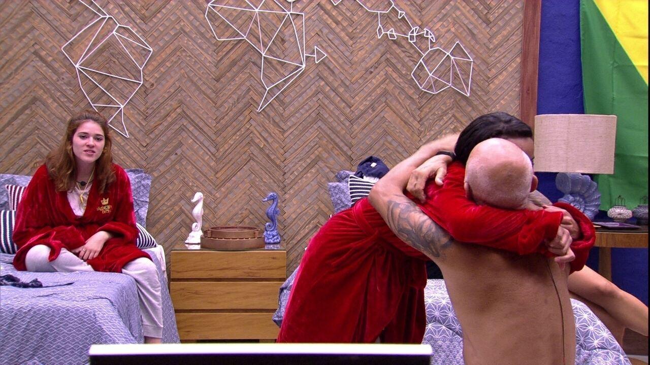 Ayrton ajeita roupão de Gleici e pede um beijo e um abraço
