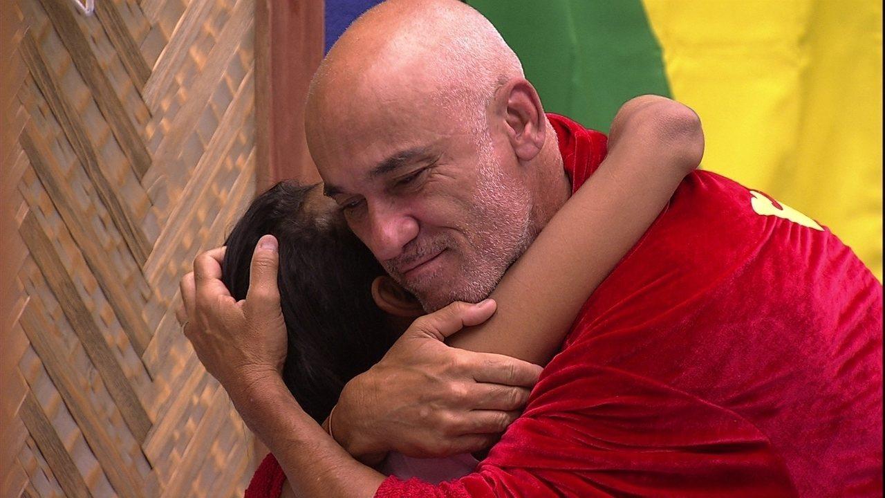 Ayrton se levanta e abraça Gleici