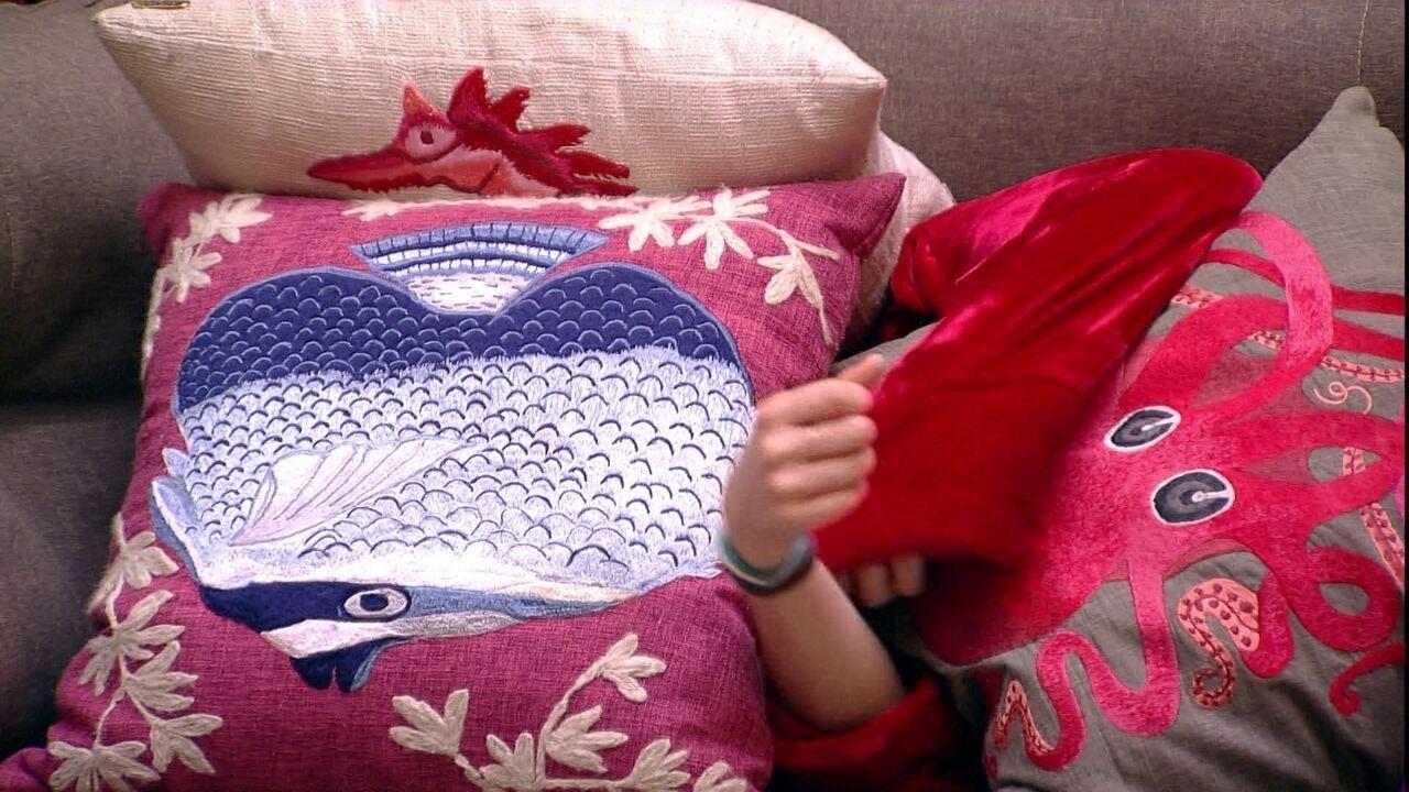 Ana Clara deita no sofá da sala e Gleici vai para o Quarto Tropical
