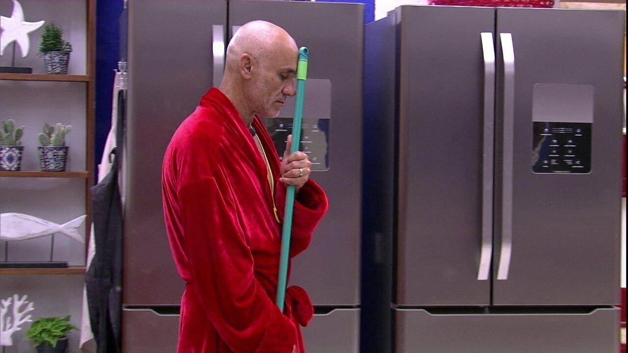 Ayrton canta na cozinha: 'Na boiada, já fui boi...'