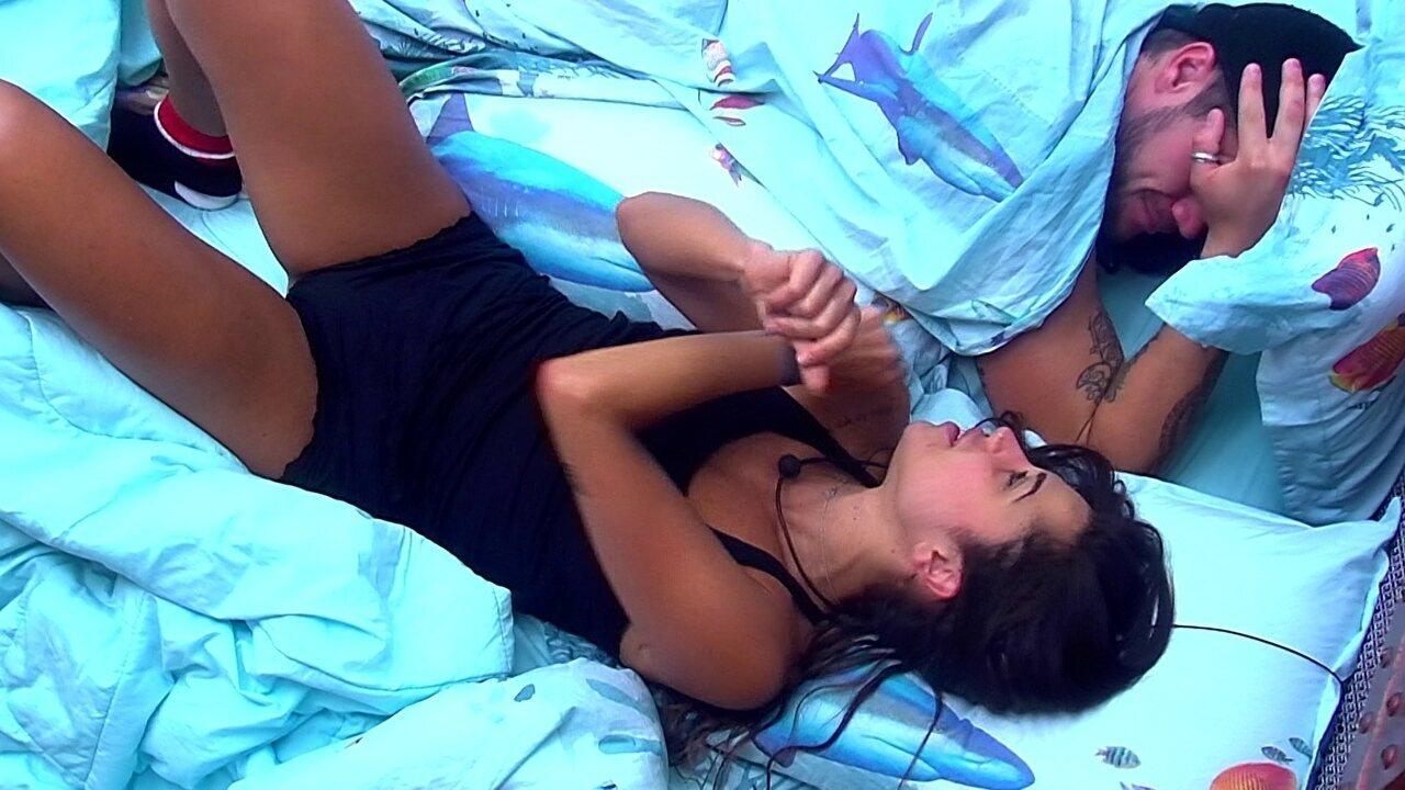 Paula acorda e dança deitada
