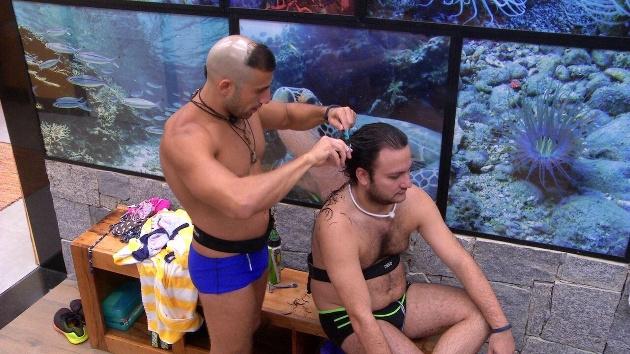Kaysar corta cabelo de Diego e diz: 'Vou deixar você mais lindo que todos os seus amigos'