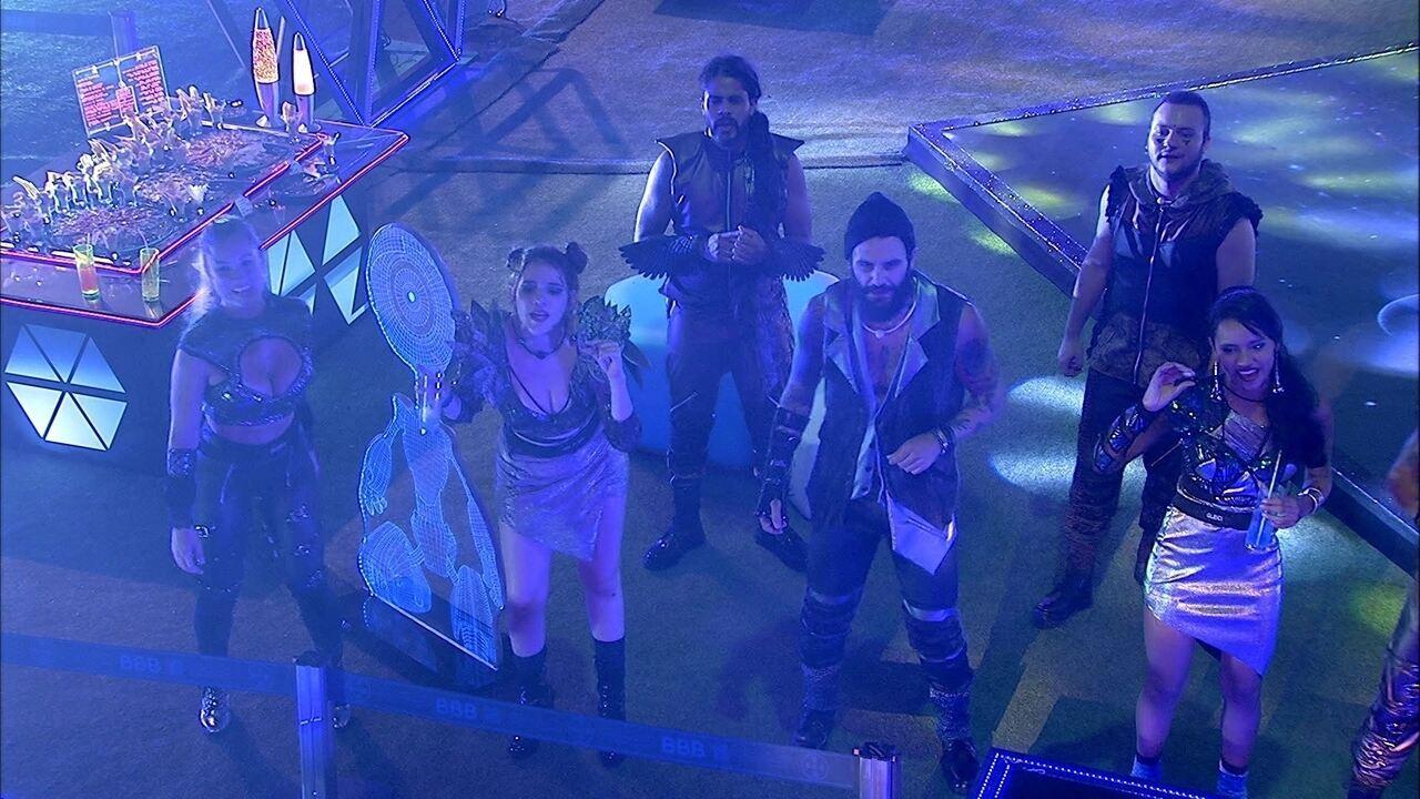 Anitta agita festa com 'Você partiu meu coração'