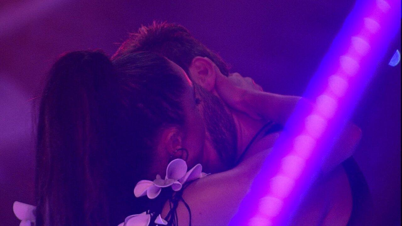 Breno e Paula dão longo beijo na Festa Intergaláctica