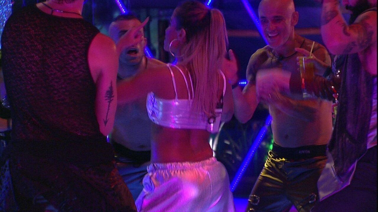 Anitta retorna a Festa Galáctica e dança funk com brothers