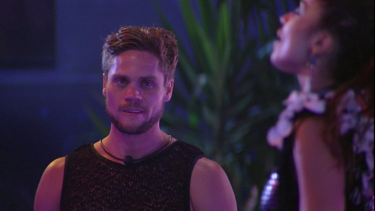 Breno observa Paula na pista de dança
