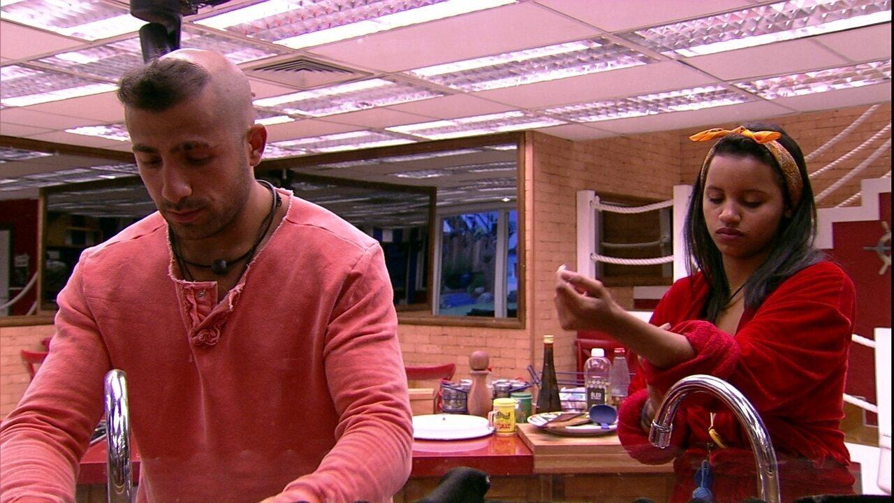 Brothers se ajudam na cozinha e preparam algo para comer