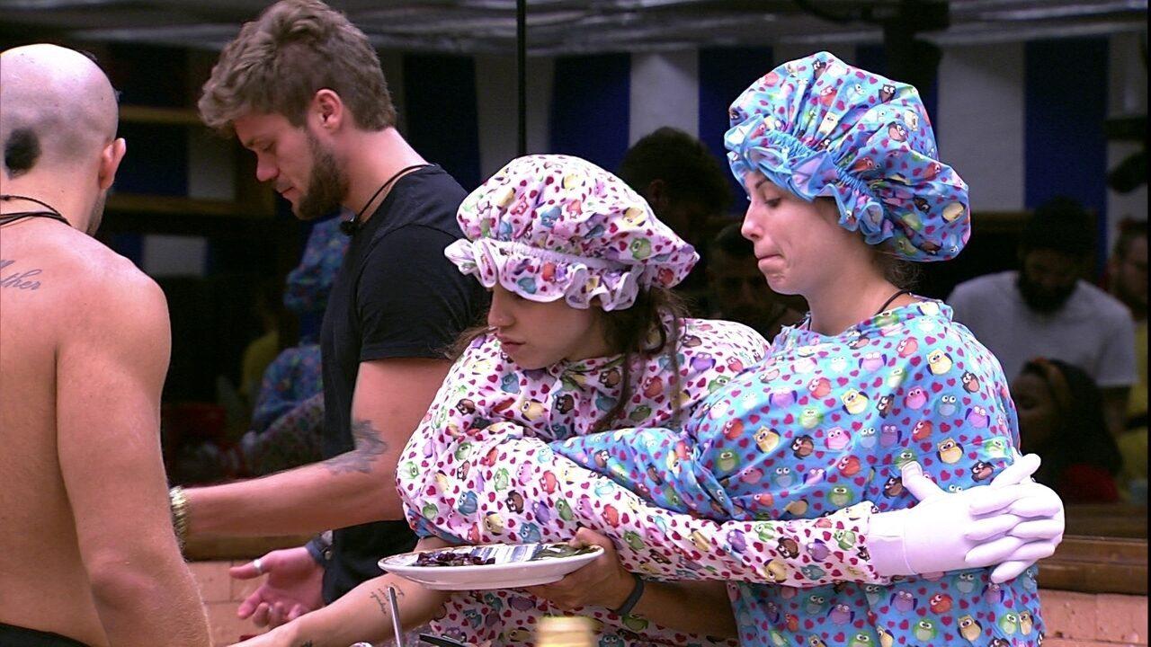 Jéssica e Paula tentam se servir com a roupa do Castigo do Monstro