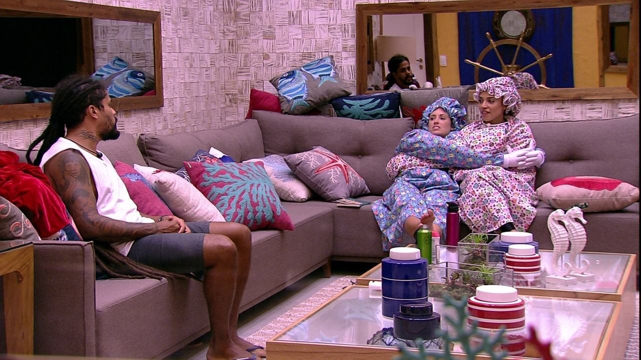 Paula avisa Viegas sobre posição no sofá: 'Custou a acomodar'
