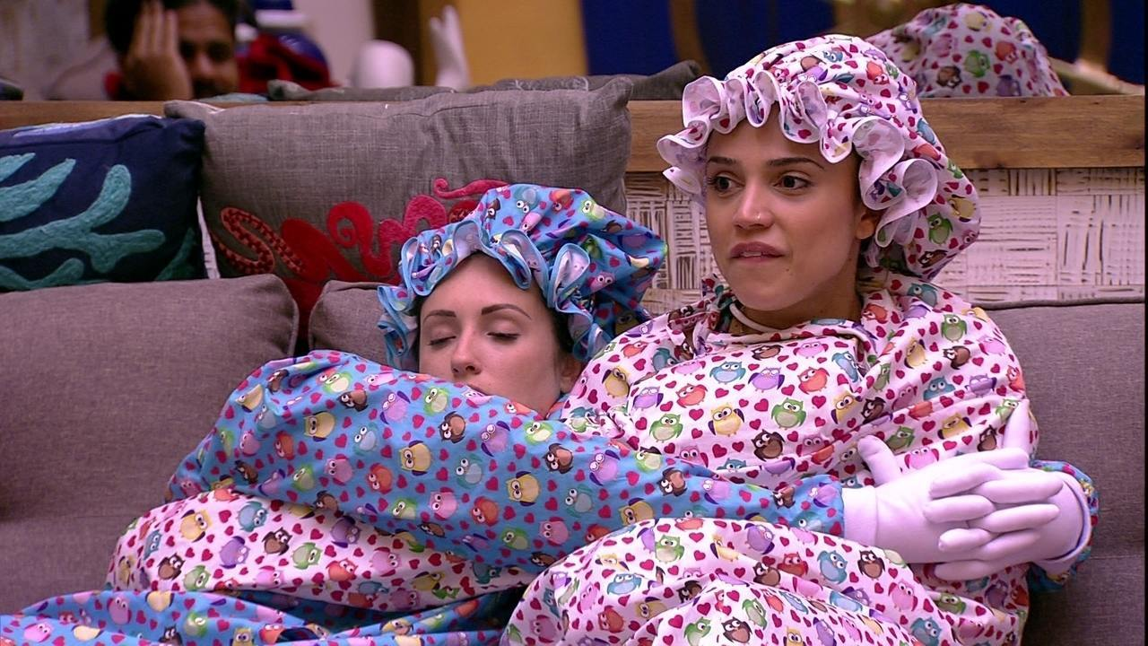 Jéssica dorme enquanto Paula e Viegas conversam