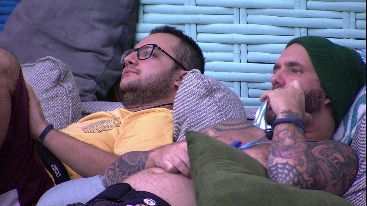 Diego e Caruso ficam pensativos no sofá do deck