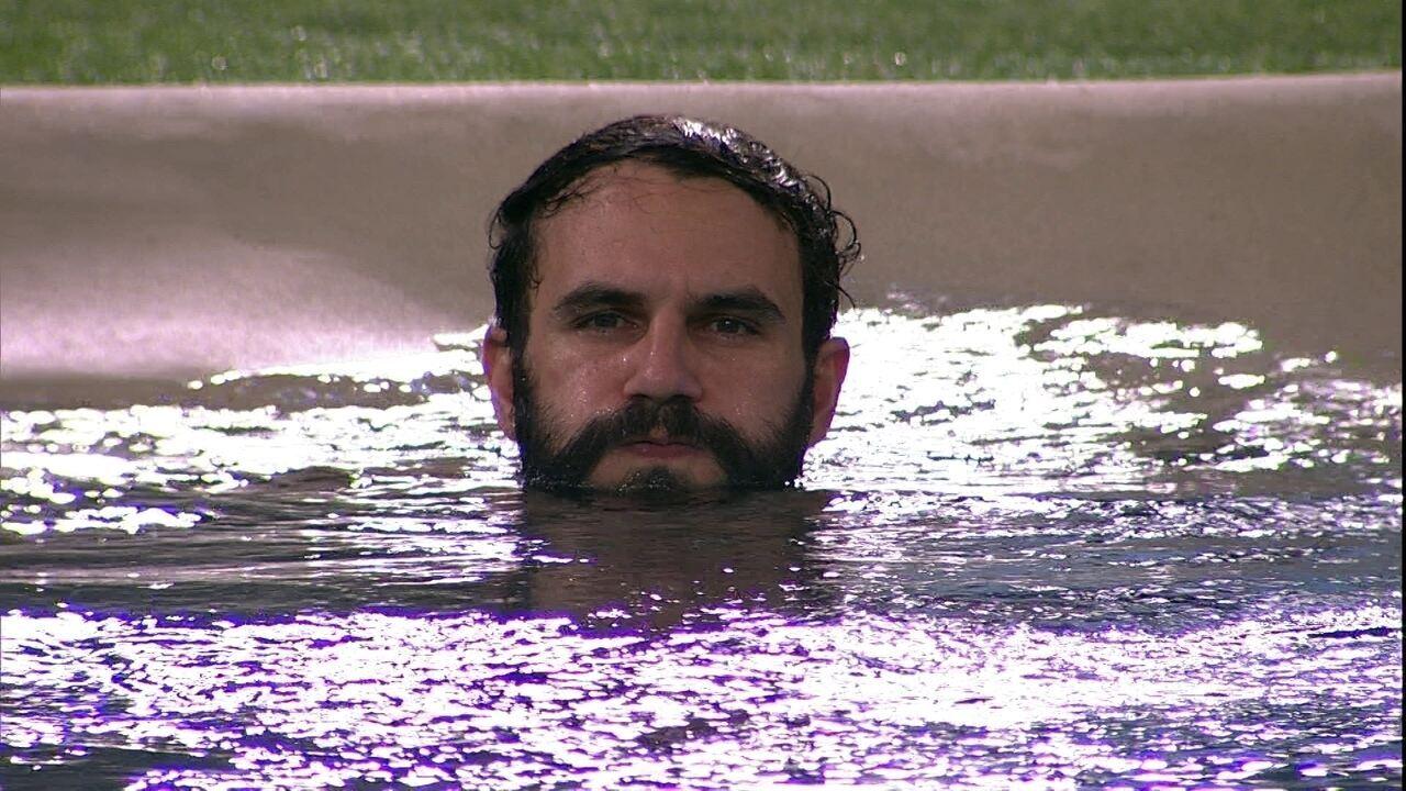 Diego, Wagner e Breno aproveitam piscina em silêncio