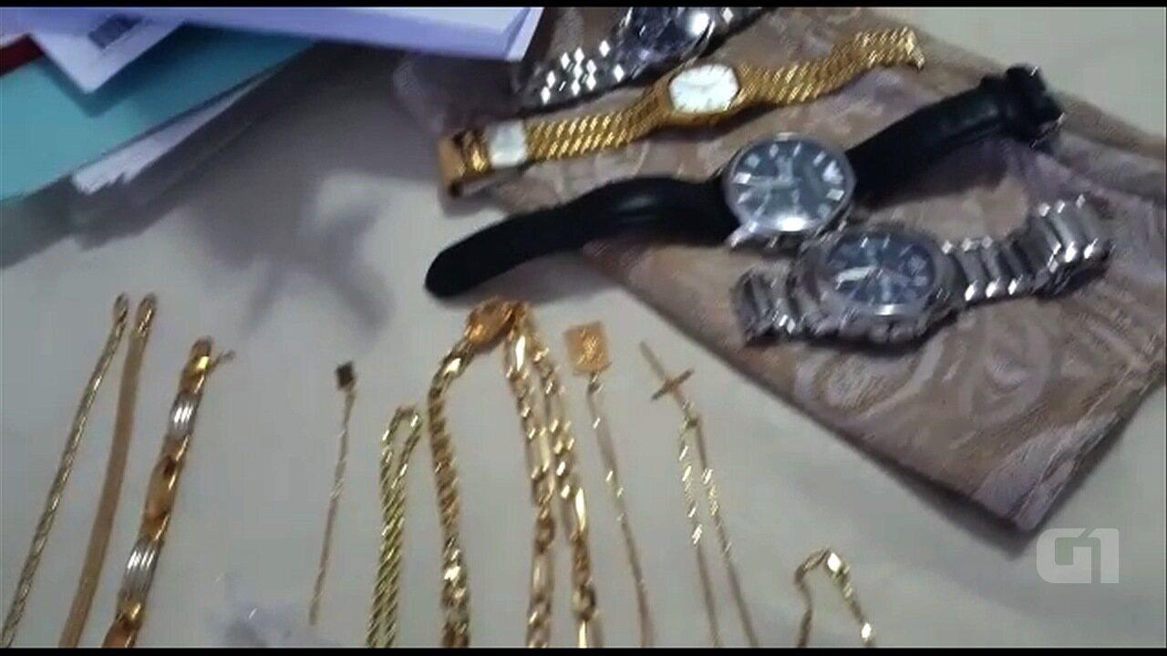 Policiais apreendem joias e relógios com clérigos suspeitos de desviar dinheiro do dízimo