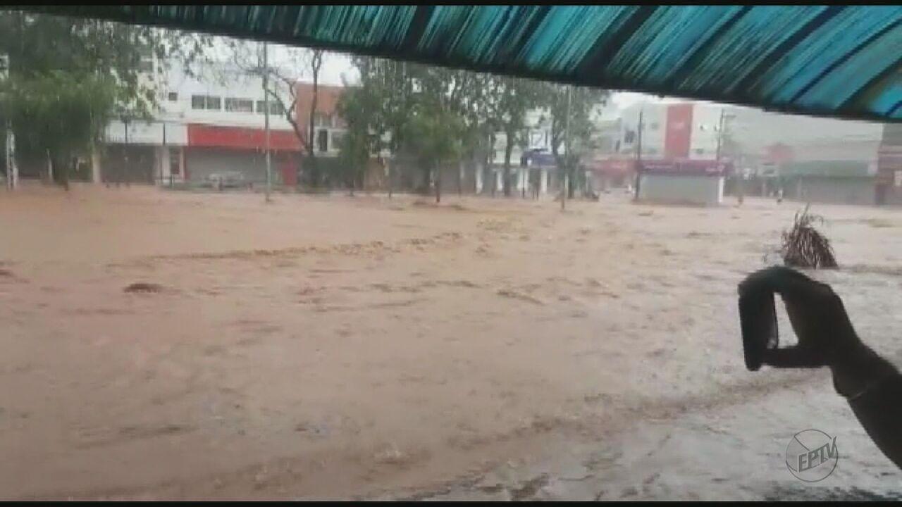 Chuva forte causa diversos pontos de alagamento em São Carlos, SP