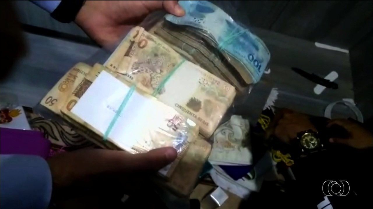 Vídeo mostra dinheiro em fundo falso de armário de clérigo; MP apura se valor foi desviado