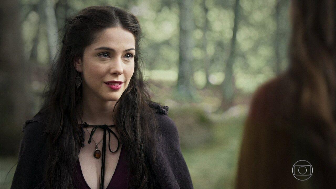 Brice conta que Selena é a última descendente de uma linhagem de feiticeiras