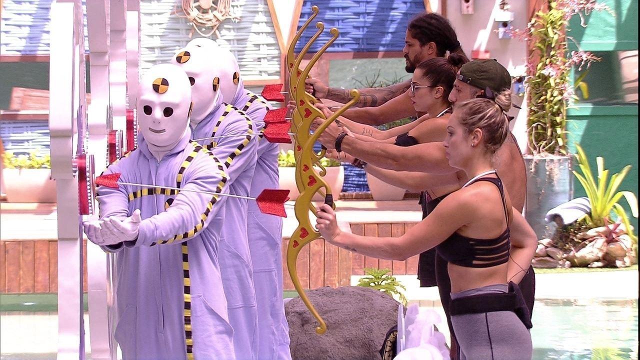 Brothers testam arco e flecha da Prova do Anjo Cupido BBB