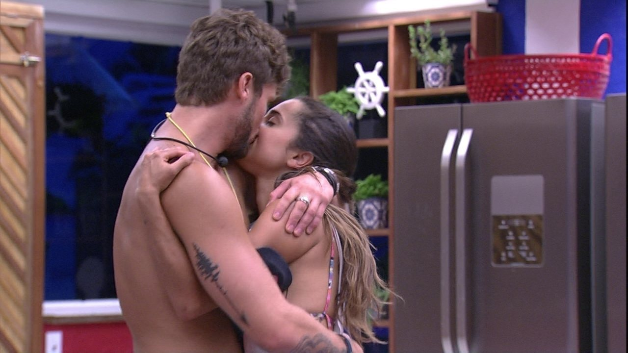 Paula e Breno se beijam na cozinha e sister diz: 'Coisa mais gostosa dessa programa'