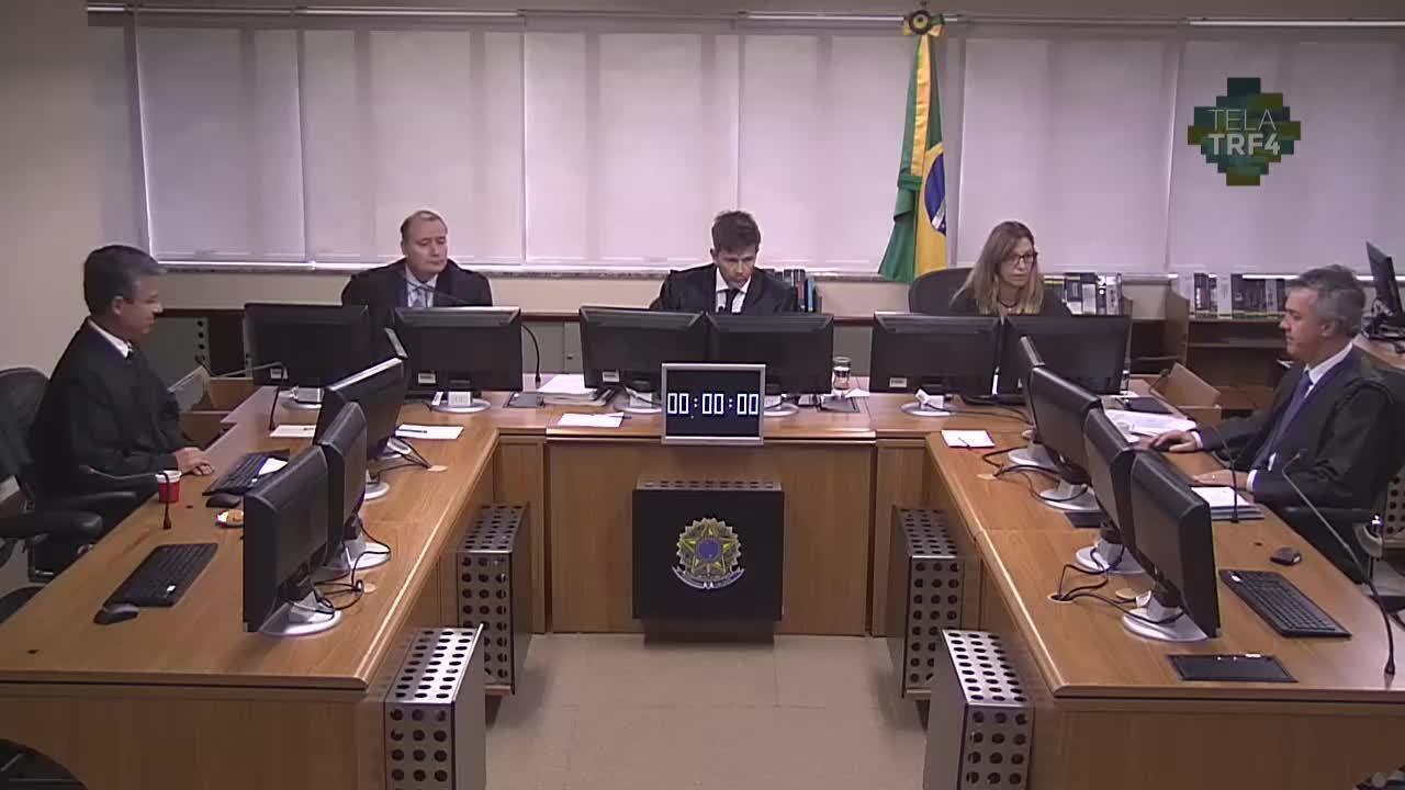 Desembargador Leandro Paulsen dá seu voto no julgamento dos embargos de declaração do ex-presidente Lula no TRF-4