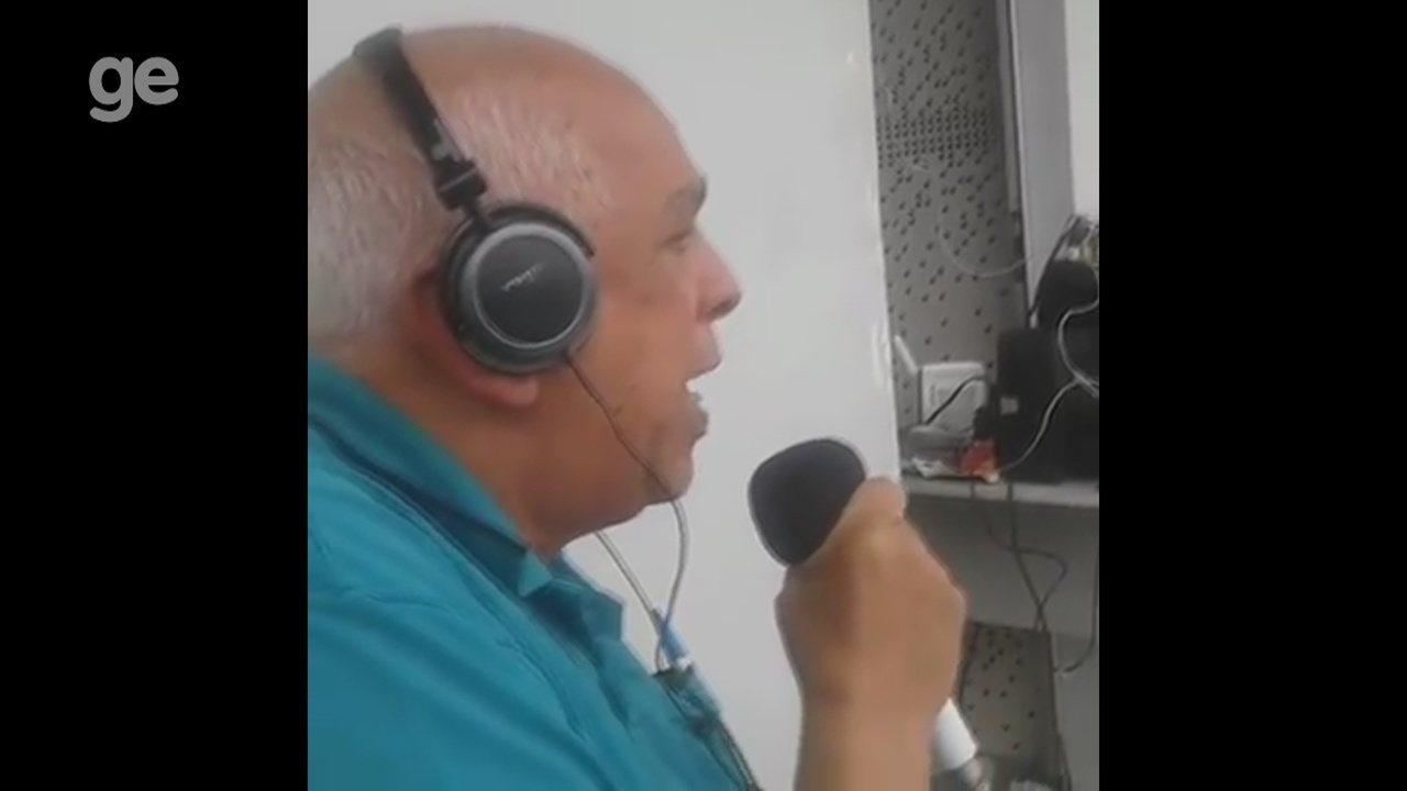 Radialista esportivo mais antigo do Amazonas transmite jogo a poucos metros do gramado