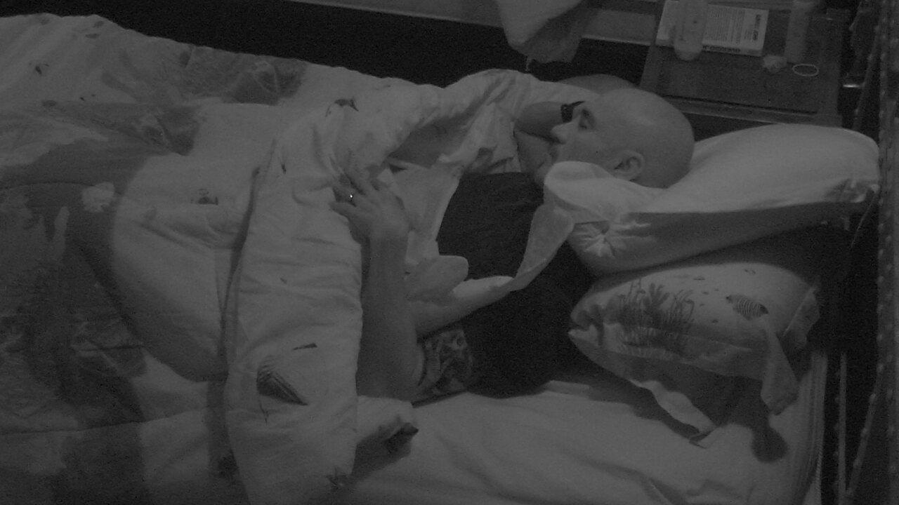 Ayrton e Kaysar dormem no Quarto Submarino