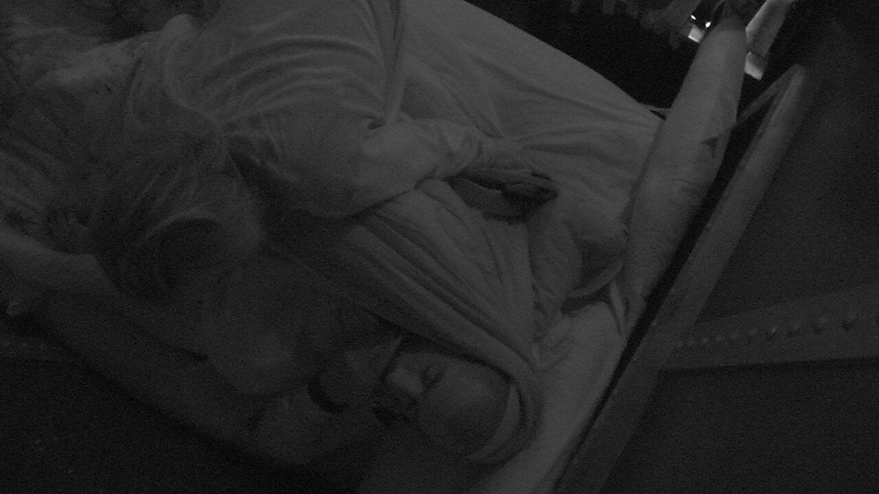 Jéssica dá beijo de boa noite em Kaysar e deseja: 'Dorme bem'