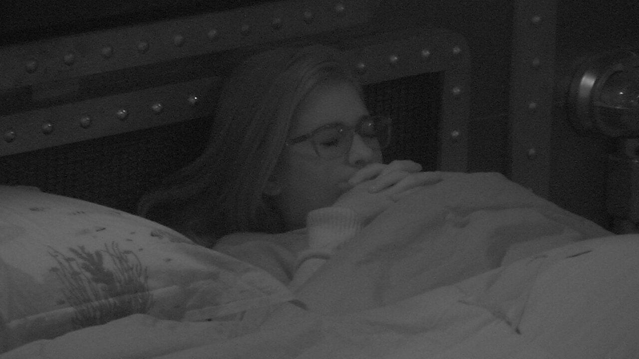 Emparedada, Ana Clara fica pensativa na cama