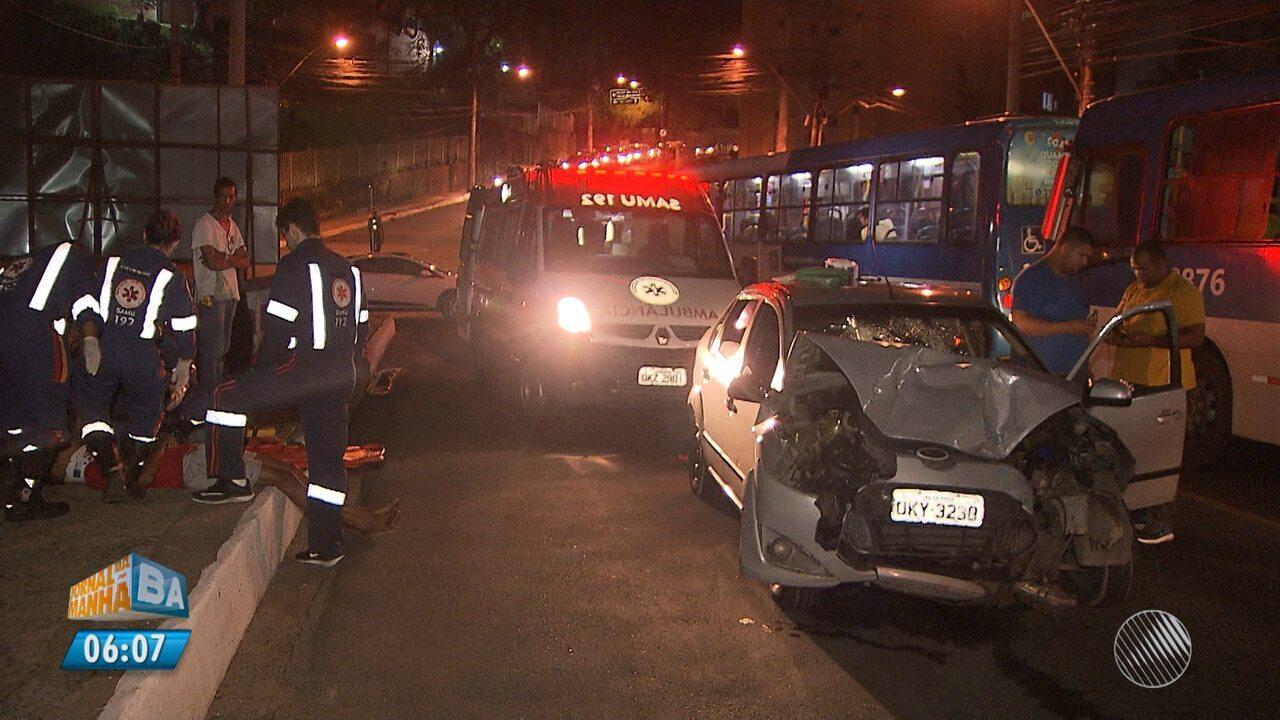 Suspeita de 'roubadinha': batida entre carro e ônibus deixa dois feridos na Federação