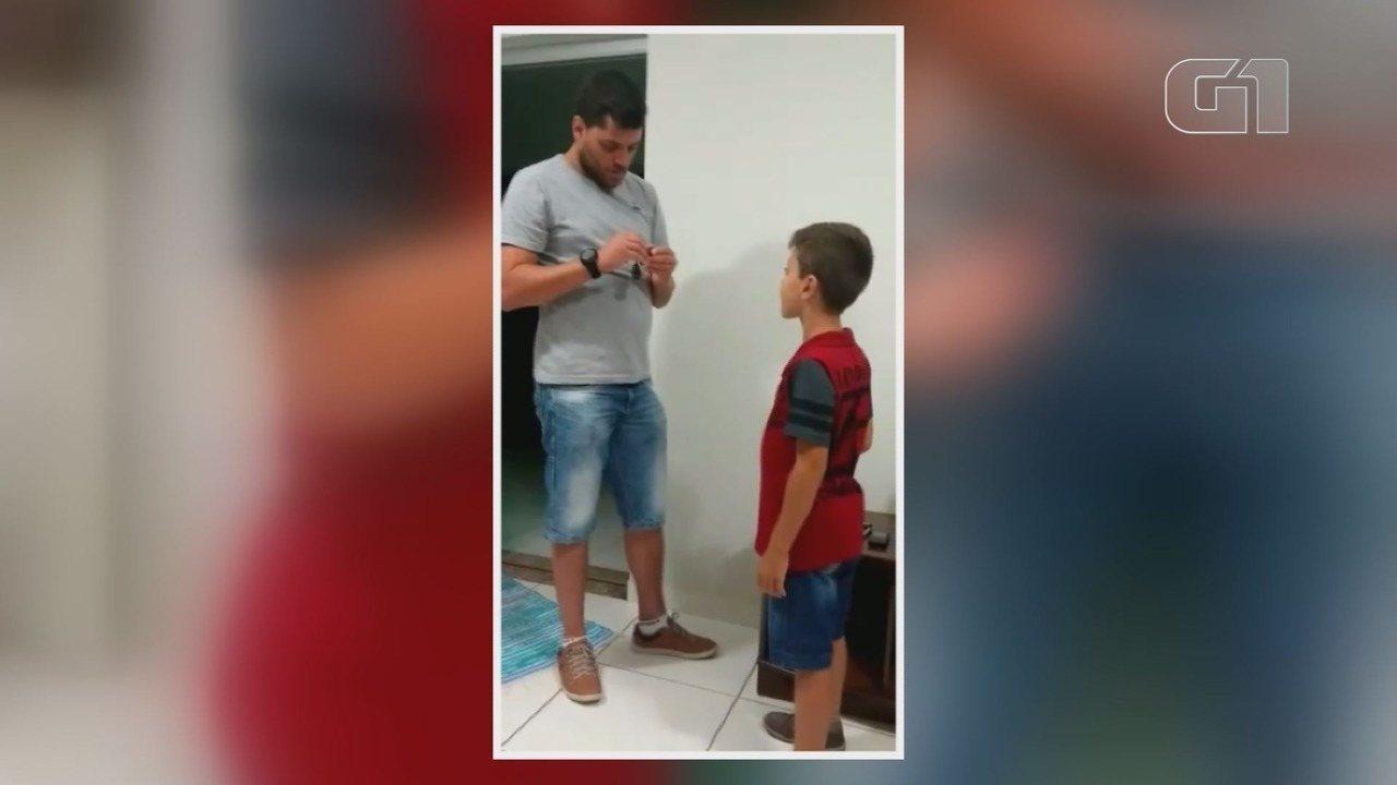 Resultado de imagem para Reação de menino de 8 anos ao receber aparelho auditivo viraliza na internet