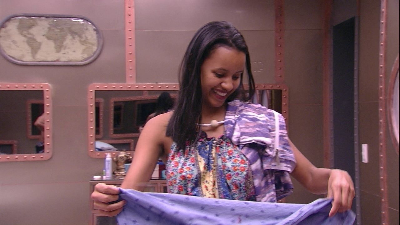 Kaysar distribui camisas para sisters