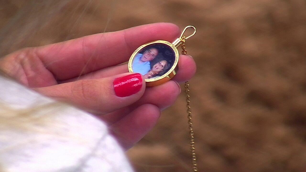 Kaysar mostra corrente com foto da família para Jéssica