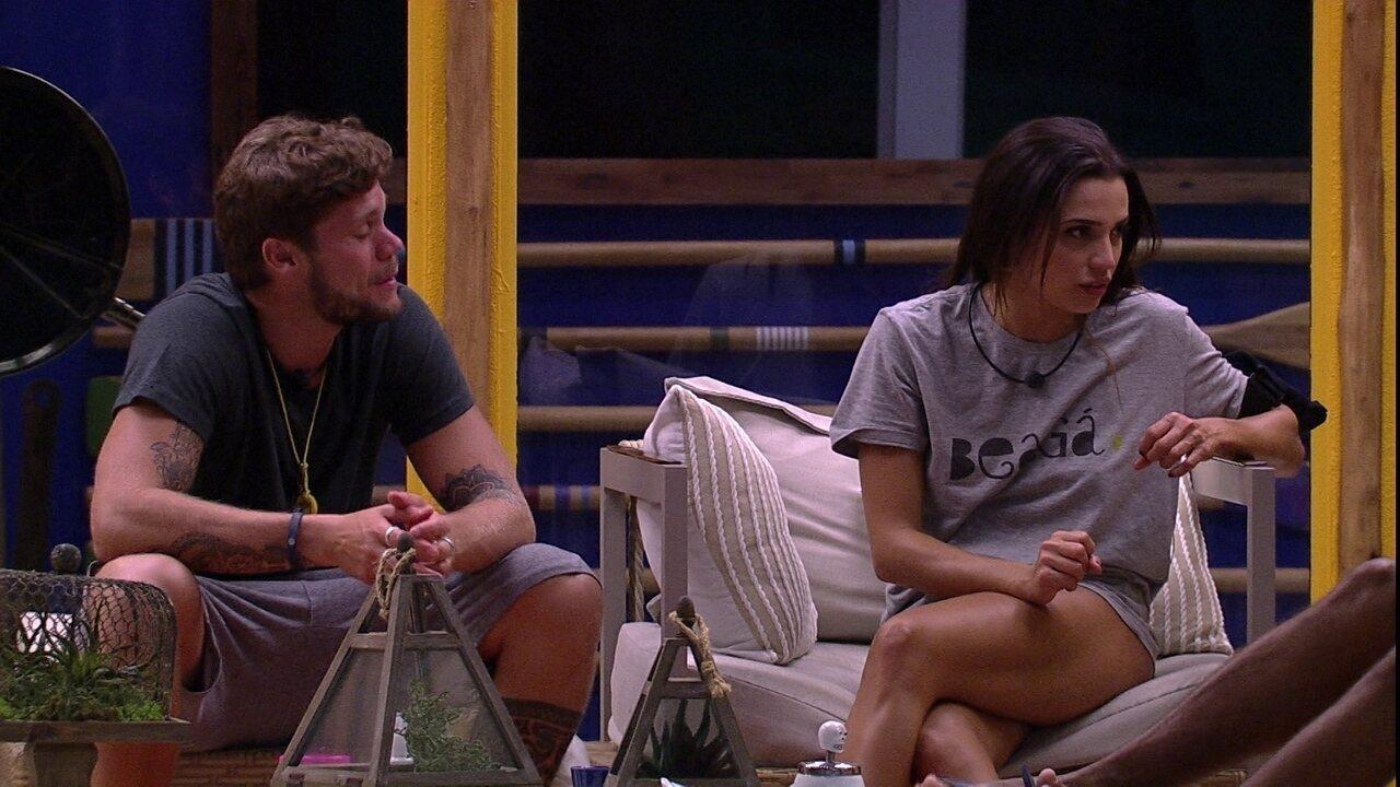 Paula conta para Breno e Viegas como é sua rotina de beleza