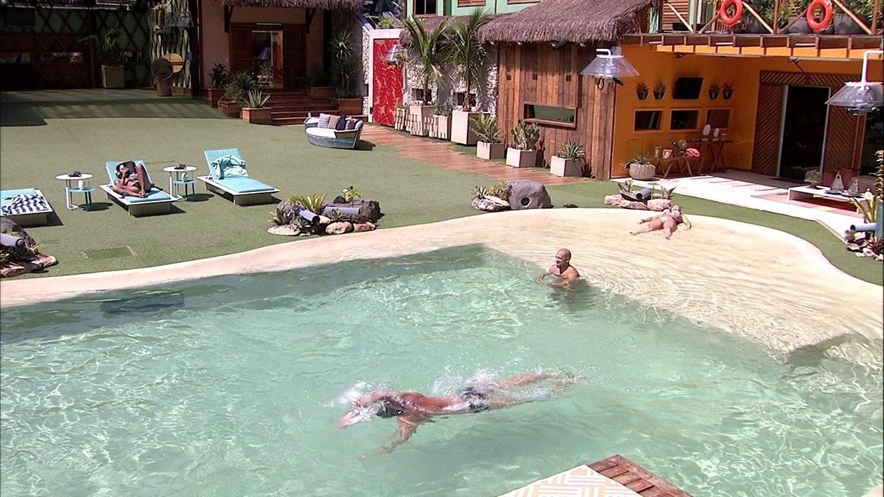 Kaysar, Breno e Jéssica curtem a piscina