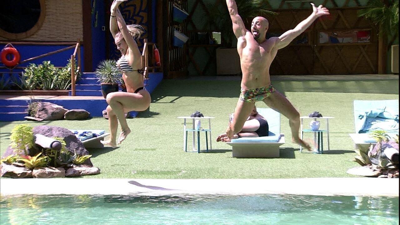 Jéssica e Kaysar pulam juntos na piscina