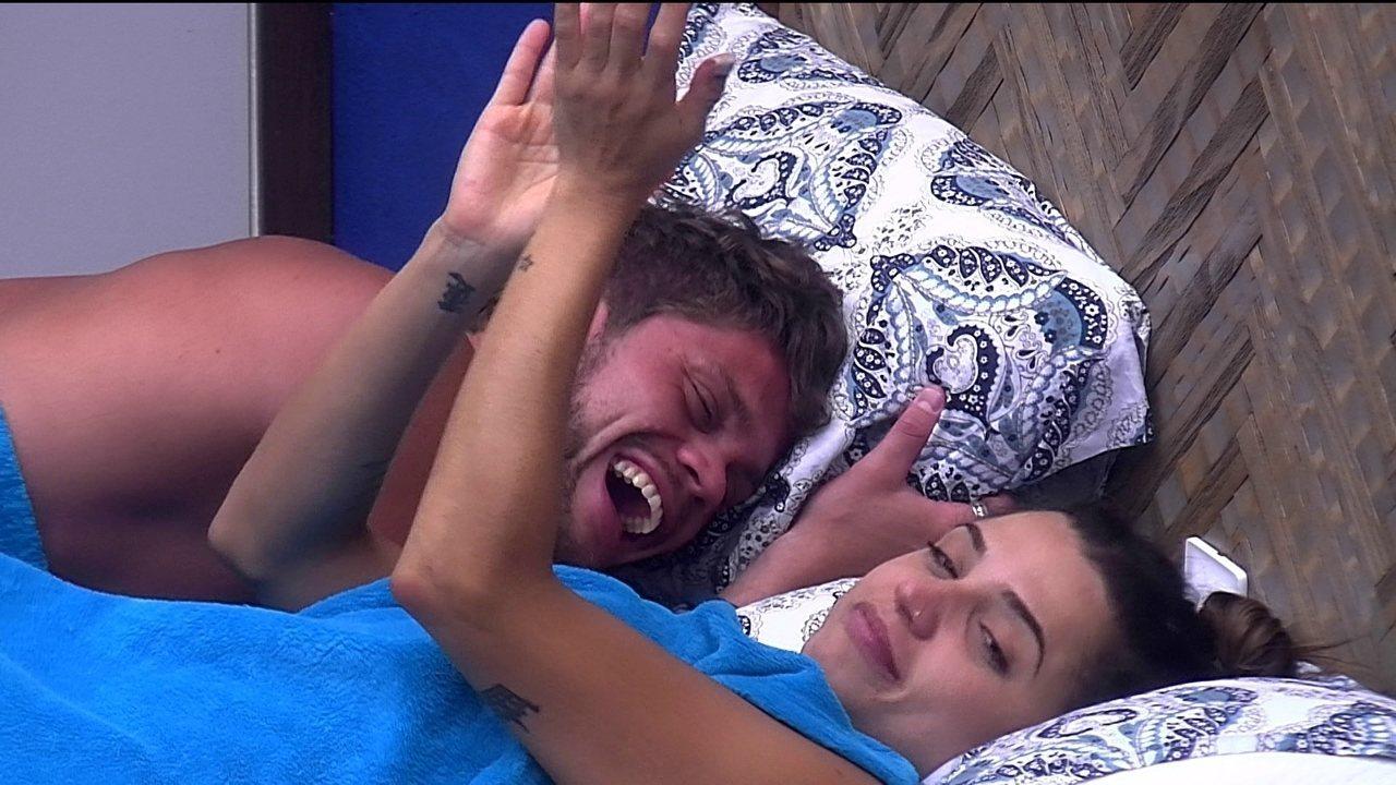 Paula aplaude Breno após beijar brother