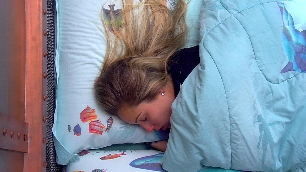 Jéssica levanta e volta a dormir no Quarto Submarino