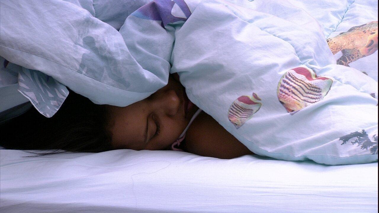 Gleici dorme como edredom no rosto