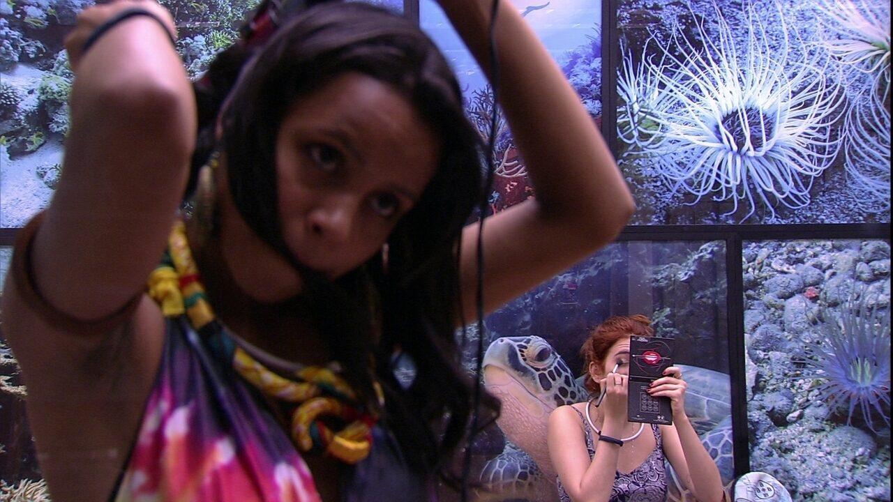 Ana Clara faz maquiagem e Gleici enrola os cabelos