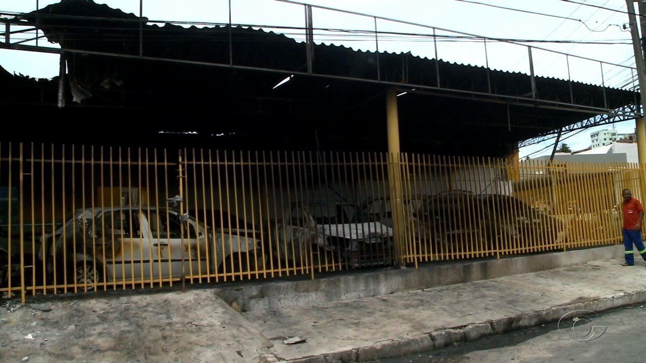 Proprietário suspeita que incêndio em loja de revenda de carros foi provocado