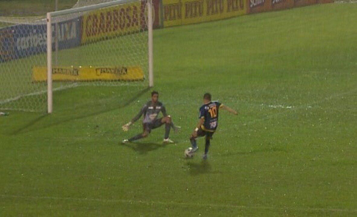Incrível: Esquerdinha perde gol sozinho em contra-ataque do Altos. Veja!
