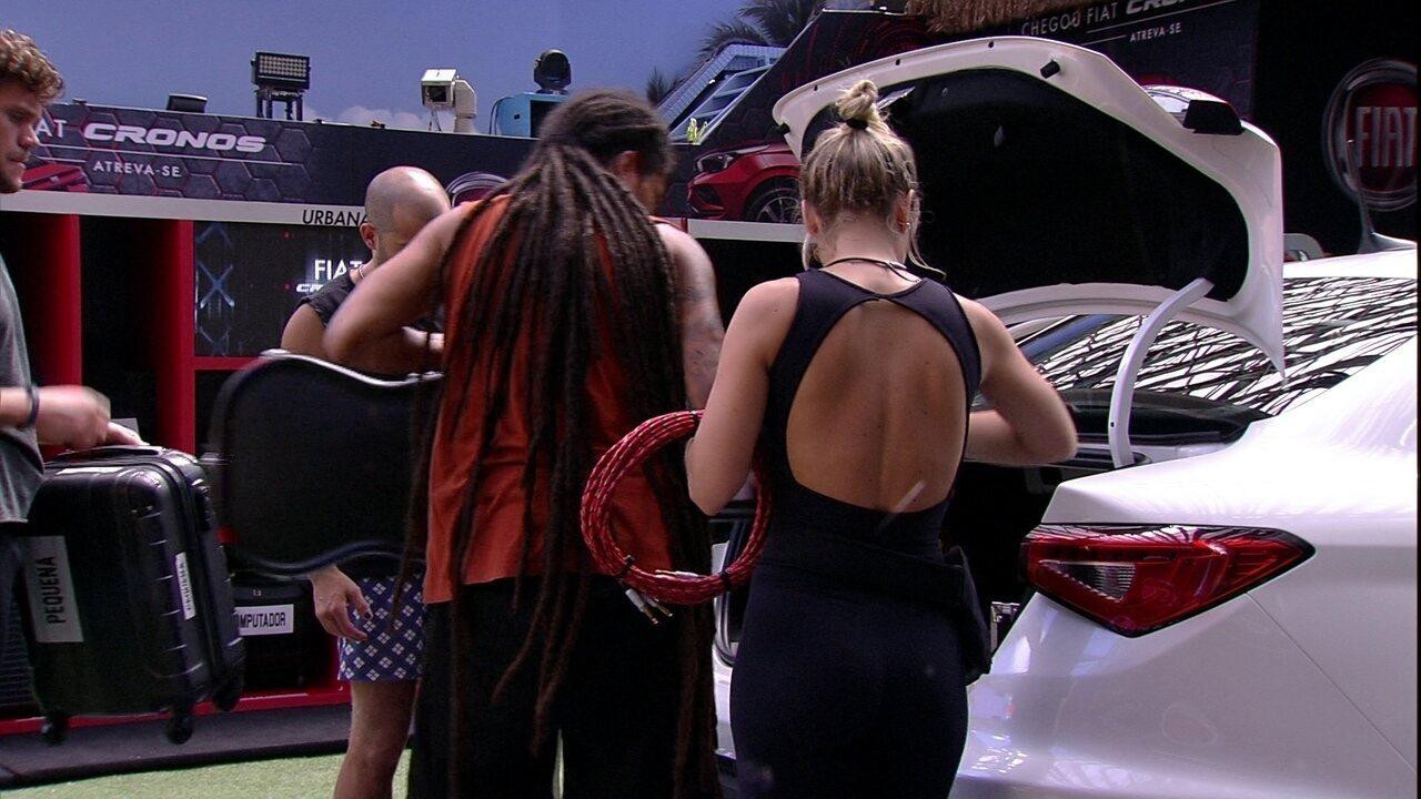 Participantes buscam itens da Garagem Música e colocam no Fiat Cronos Branco Alaska
