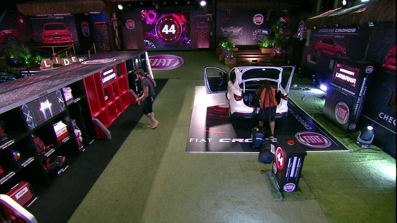 Breno e Viegas organizam objetos da Garagem Urbana no porta-malas do Fiat Cronos Branco