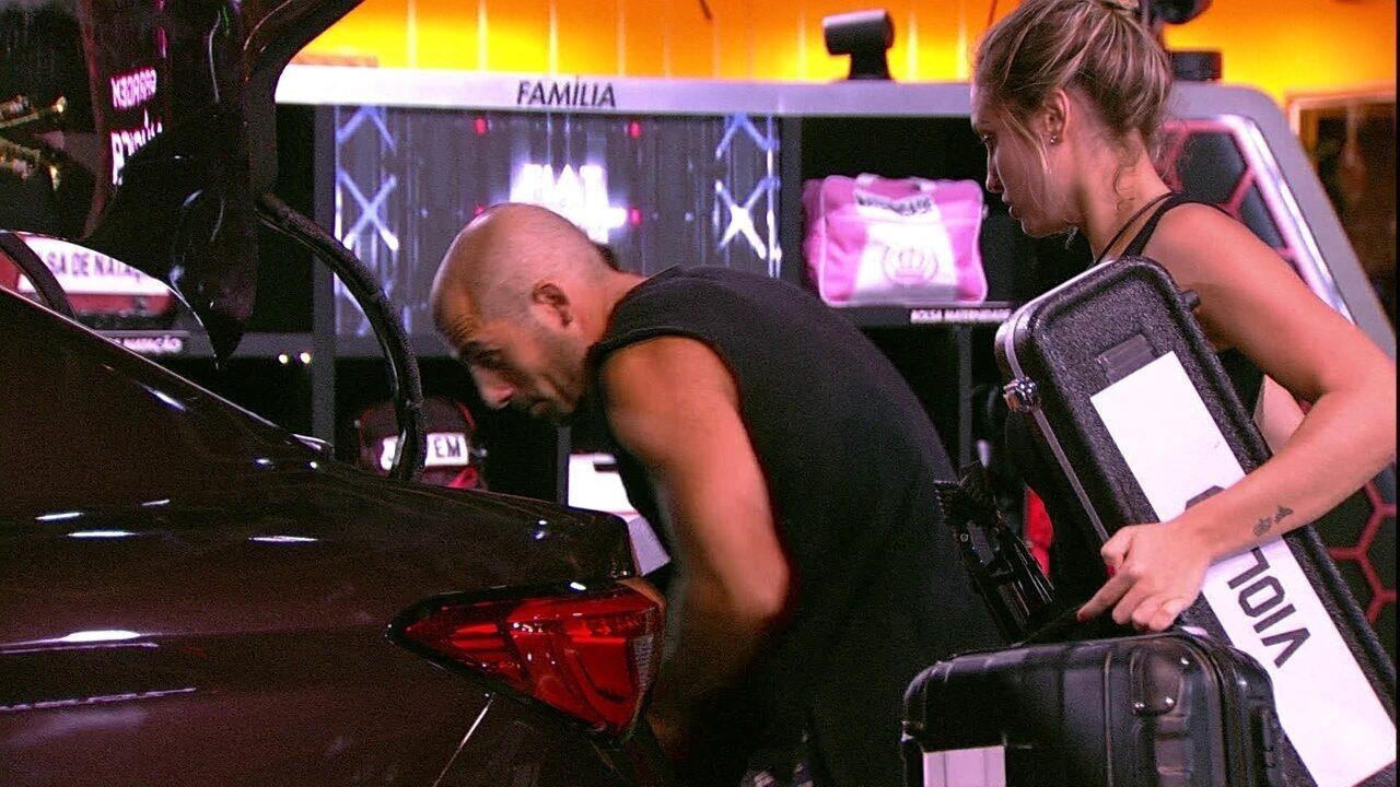 Kaysar e Jéssica enchem porta-malas do Fiat Cronos Vermelho Marsala