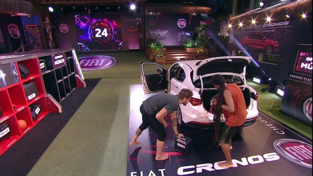 Breno e Viegas descarregam o porta-malas para a Garagem Música